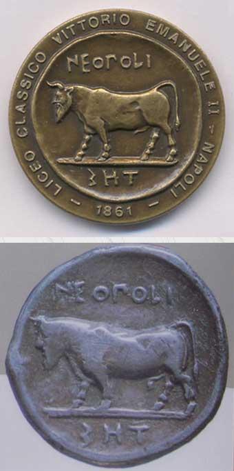 La medaglia commemorativa del Liceo e, in basso, il didrammo napoletano di V sec. a.c.